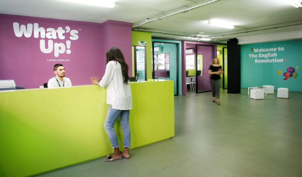 Recepción de la academia de inglés What's Up! de la calle Orense en Madrid