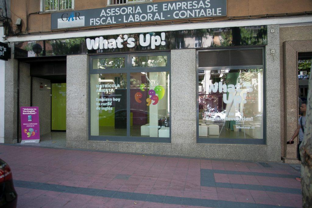 Fachada de la academia de inglés What's Up! en el Paseo de las Delicias de Madrid