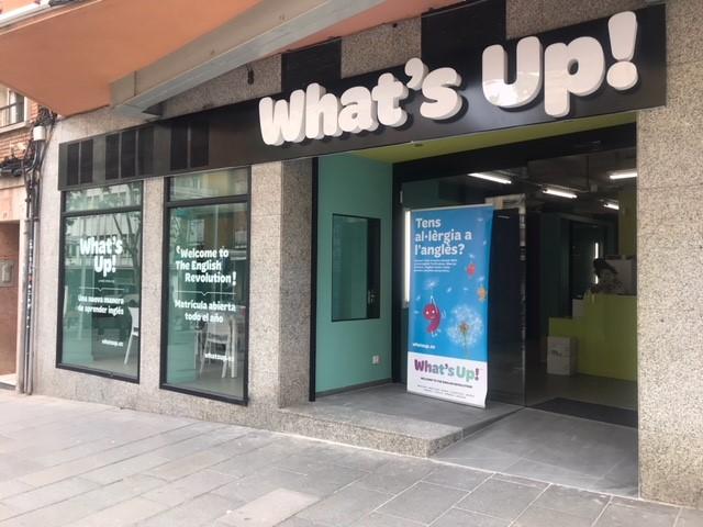 Fachada de la academia de inglés What's Up de Cornellà de Llobregat en Barcelona