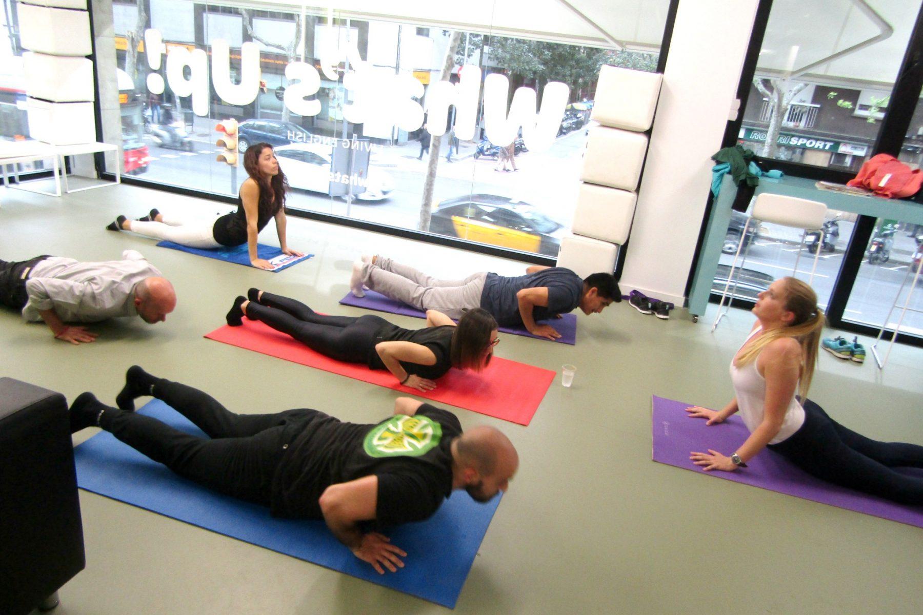 sesión de yoga en la academia de inglés What's Up!