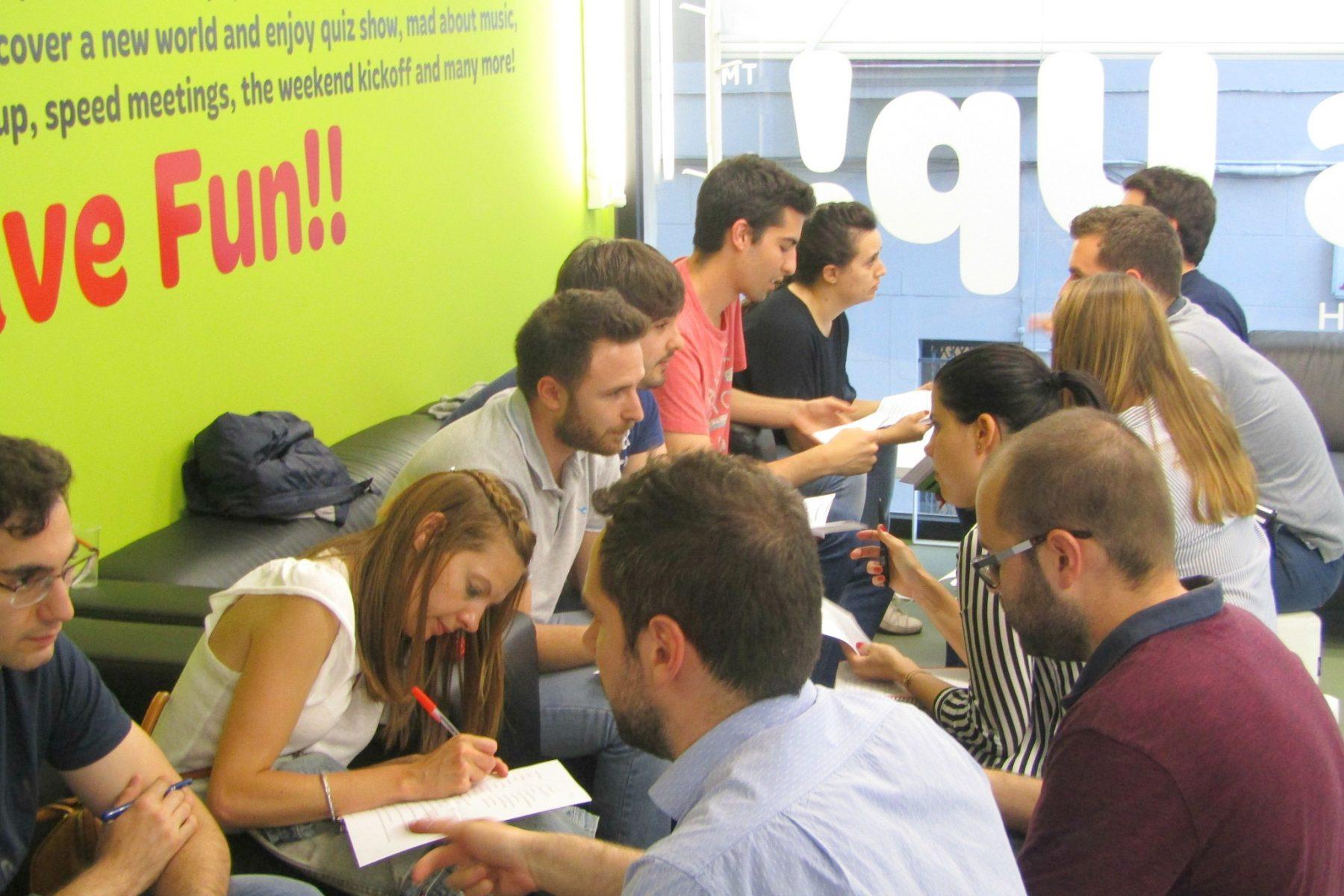 Sesión de speed networking en inglés en una academia What's Up! donde los alumnos aprenden a comunicarse en entornos laborales
