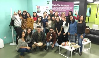 Fiesta de Thanksgiving en la academia de inglés What's Up!