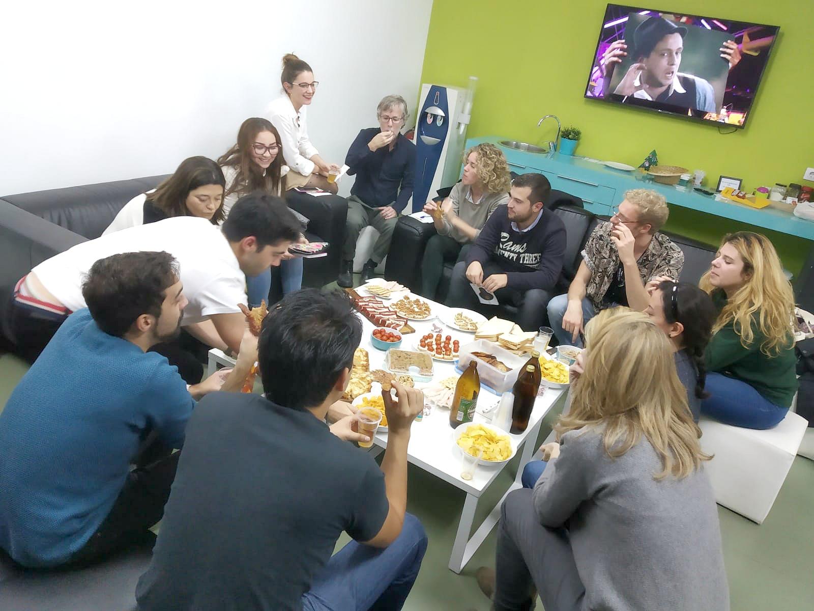 Grupo de alumnos durante la celebración de Thanksgiving en la academia de inglés What's Up!