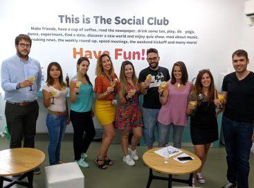 Los alumnos de la escuela de inglés What's Up! en Sevilla posando durante su clase de creación de cócteles