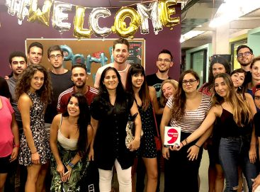 Nuestros estudiantes de What's Up! posando tras la fiesta Welcome Back de inicio de curso