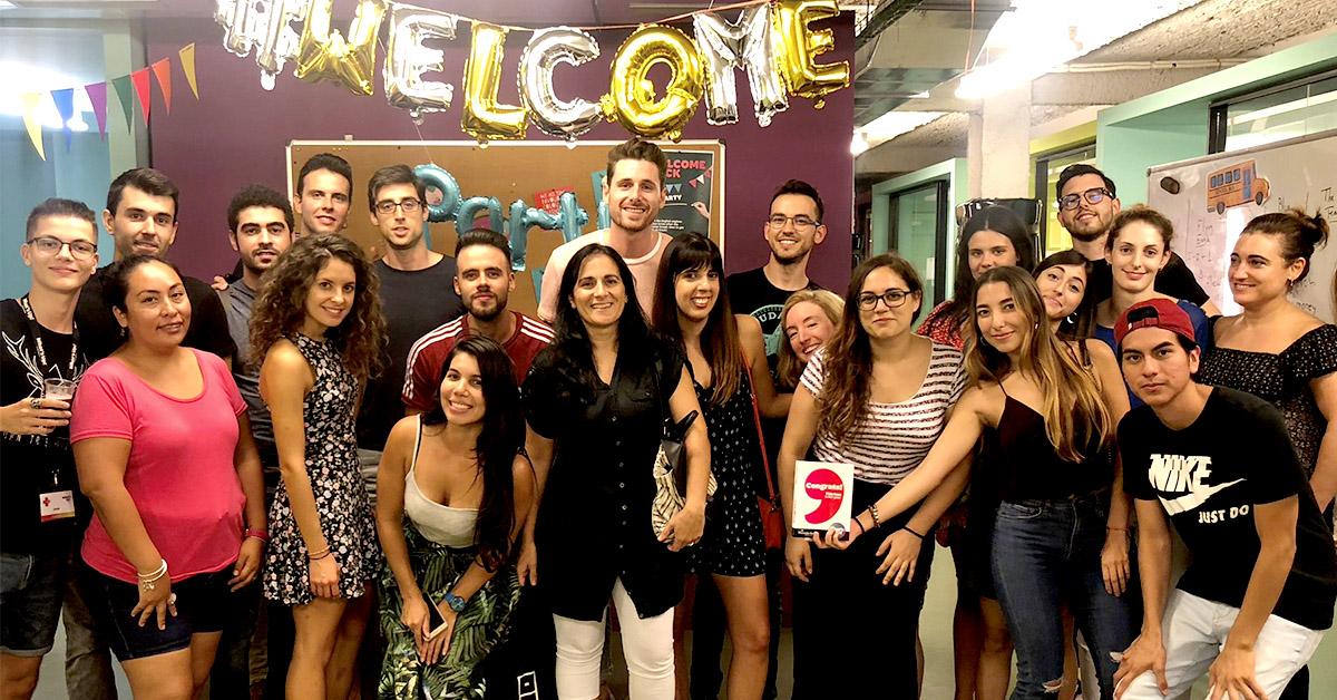 Nuestros estudiantes de What's Up! posando tras la fiesta Welcome Back de inicio de curso