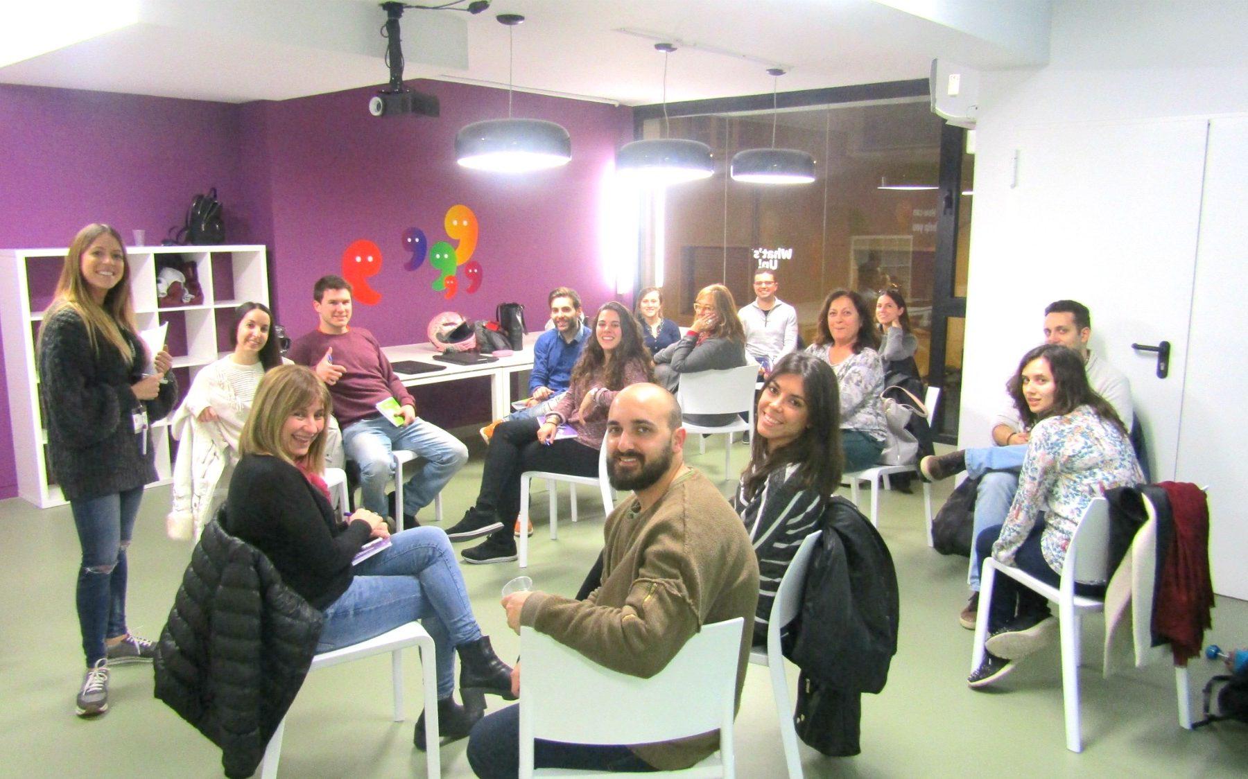Clases de conversación en inglés de manera informal durante la actividad Chat with a Teacher en las academias de inglés What's Up!