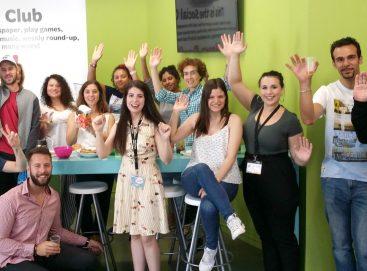 Empezar el día con café y croissants en la academia de inglés What's Up!