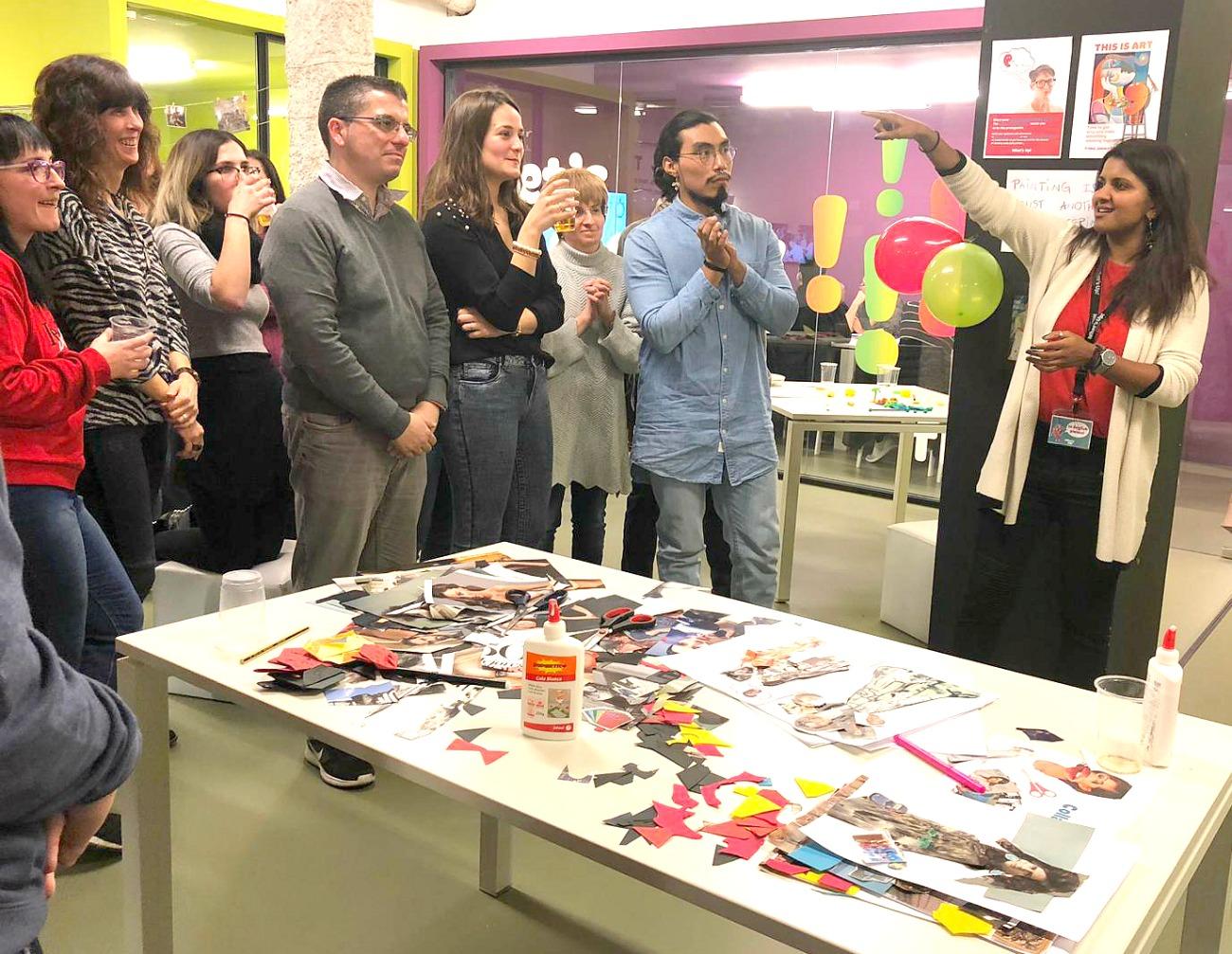 Los alumnos de la escuela de inglés What's Up! participando en una actividad llamada This is Art